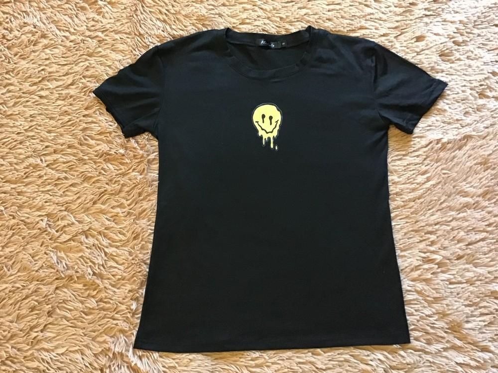 Женская чёрная футболка фото №1